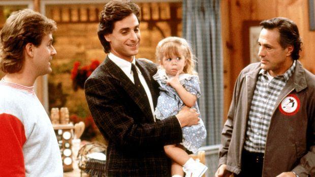 Noch ahnen Joey (Dave Coulier, l.), Danny (Bob Saget, 2.v.l.) und Michelle (M...