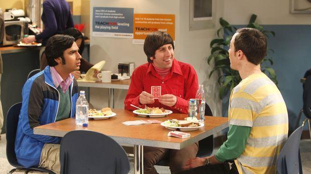 Mit einem Kartentrick treibt Howard (Simon Helberg, M.) seine Freunde Raj (Ku...