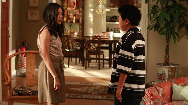 Jessica (Constance Wu, l.) hat Eddie (Hudson Yang, r.) ungefragt für das Wahl...