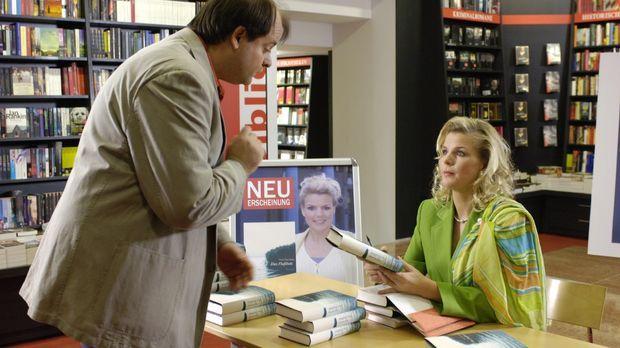 Mirja (Mirja Boes, r.) gibt als Bestsellerautorin Markus (Markus Majowski, l....