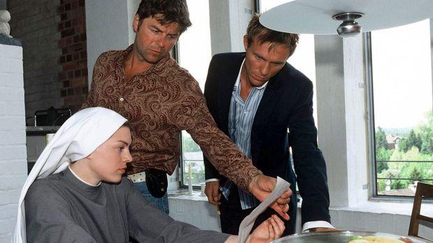 Falk (Dirk Martens, r.), Jupp (Uwe Fellensiek, M.) und Schwester Luise (Victo...