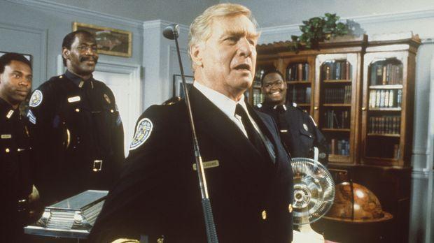 Bei den Feierlichkeiten für seine Verdienste als Leiter der Police Academy be...