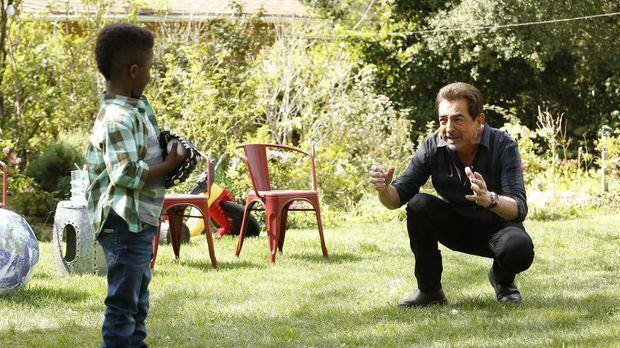 Rossi (Joe Mantegna, r.) genießt die Zeit mit seinem Enkel Kai (Jaiden Alexan...