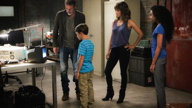 JD (Jeffrey Dean Morgan, l.), Ethan (Pierce Gagnon, 2.v.l.), Molly (Halle Ber...