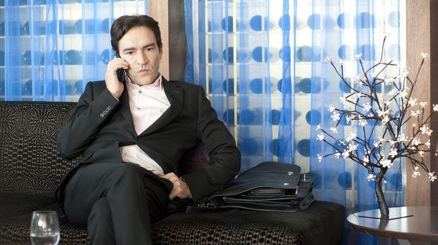 Noch wartet Stephen (Ben Chaplin) voller Erwartungen in einem Londoner Hotel...