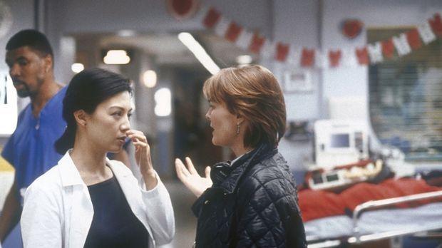 Dr. Weaver (Laura Innes, r.) spricht Chen (Ming-Na Wen, l.) weiterhin Mut zu....
