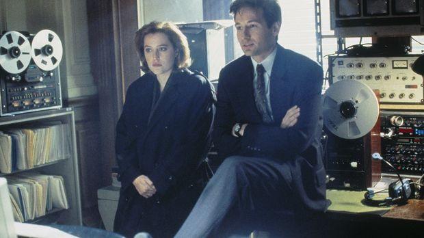 Mulder (David Duchovny, r.) und Scully (Gillian Anderson, l.) suchen am Ort e...