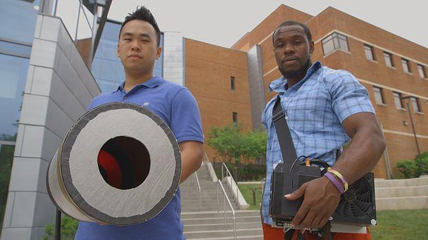 Kuriose Idee: Seth Robertson (r.) und Viet Tran (l.) wollen Feuer mit Geräusc...