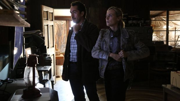 Nachdem Marco (Demián Bichir, l.) und Sonya (Diane Kruger, r.) das Auto in ei...