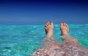 Füße im türkisen Wasser