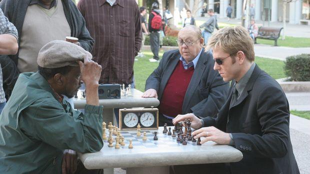 Detective Jim Dunbar (Ron Eldard, r.) lässt sich auf eine Schachpartie mit Le...