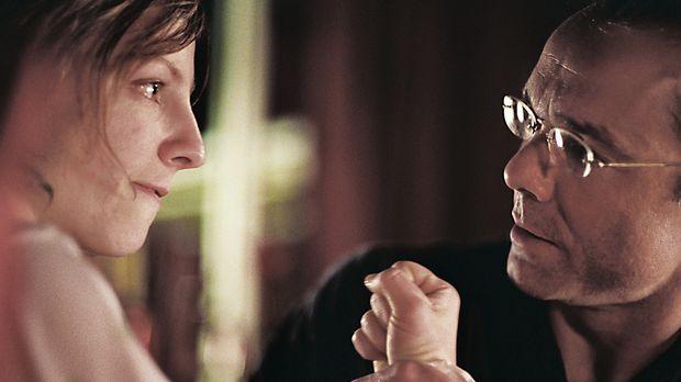Werner Kolbe (Hannes Jaenicke, r.) ist in Sorge, dass bei seiner Tochter Anja...