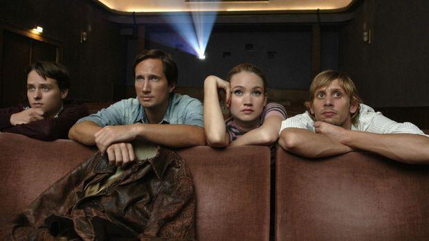 Wollen aus Geldnot heraus einen Aufklärungsfilm drehen: Bennie (Tom Schilling...