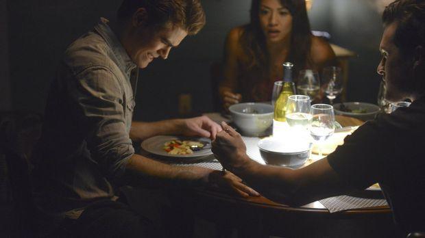 Vampire Diaries - Als Enzo (Michael Malarkey, r.) klar wird, dass das Gespräc...
