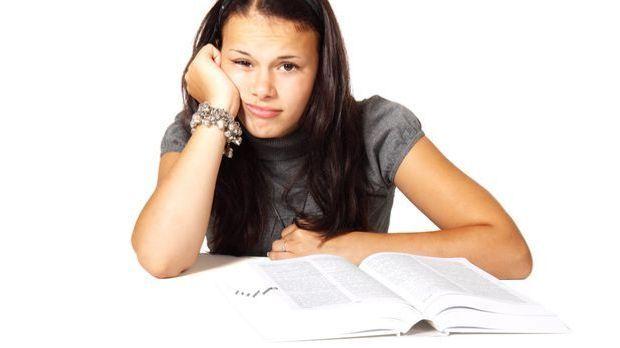 Mädchen-Buch-gelangweilt-pixabay