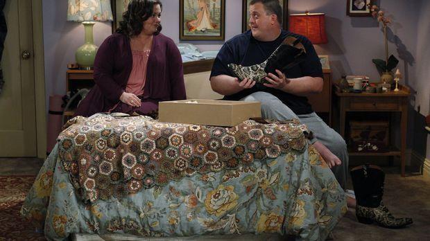 Molly (Melissa McCarthy, l.) schenkt Mike (Billy Gardell, r.) ein paar Cowboy...