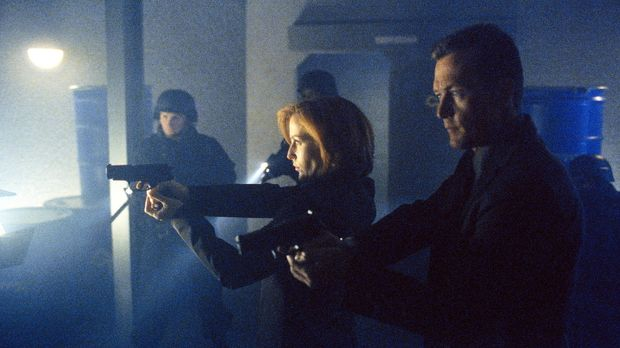 FBI-Agent Doggett (Robert Patrick, r.) und Scully (Gillian Anderson, M.) durc...