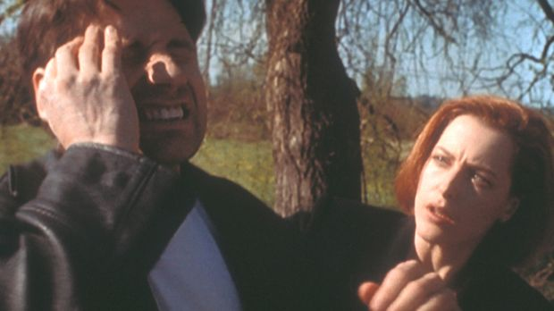 Mulder (David Duchovny, l.) bekommt immer wieder Anfälle, bei denen er nicht...
