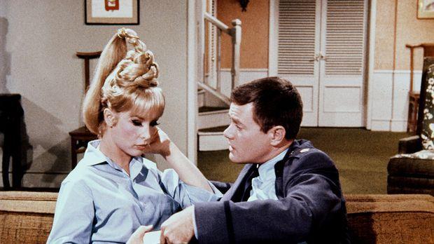 Jeannie (Barbara Eden, l.) bereitet Tony (Larry Hagman, r.) ständig Ärger, un...