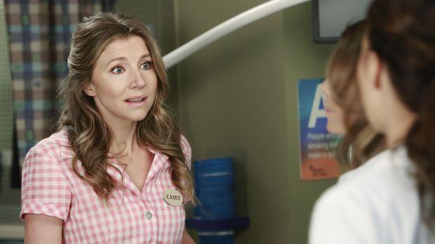 Casey (Sarah Chalke, l.) macht sich große Sorgen um ihren Sohn und bittet die...