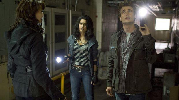 Ein Anruf lockt Helen (Amanda Tapping, l.), Kate (Agam Darshi, M.) und Will (...