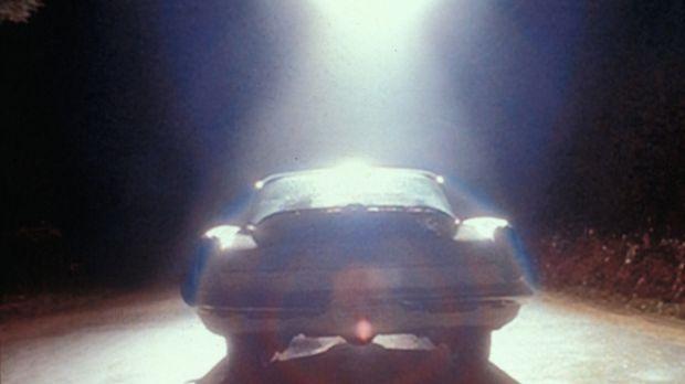 Ein Ufo stoppt den Wagen von zwei jungen Leuten und entführt sie. Aber sind d...