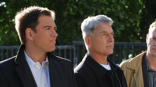 Ermitteln in einem neuen Mordfall: Gibbs (Mark Harmon, M.), Tony (Michael Wea...