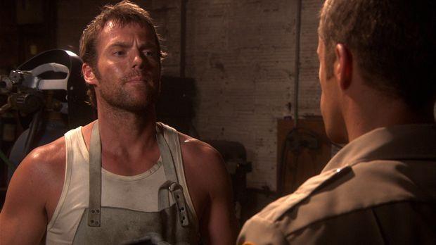 Carter (Colin Ferguson, r.) versucht herauszufinden, was Dactylos (Michael Sh...