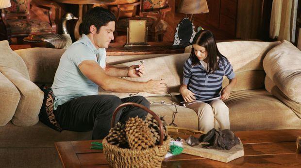 Jim (David Conrad, l.) hilft Natalie (Ariel Winter, r.) bei den Vorbereitunge...