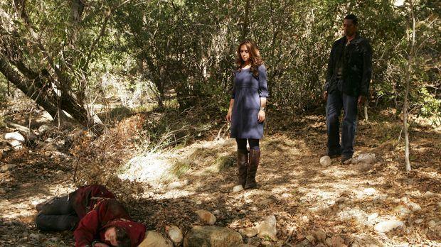 Im Wald machen Casey (Orlando Jones, r.) und Melinda (Jennifer Love Hewitt, M...