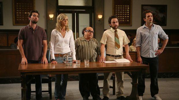 Mac (Rob McElhenney, l.), Dee (Kaitlin Olson, 2.v.l.), Charlie (Charlie Day,...