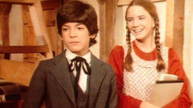 Laura (Melissa Gilbert, r.) verspottet Albert (Matthew Laborteaux, l.), weil...
