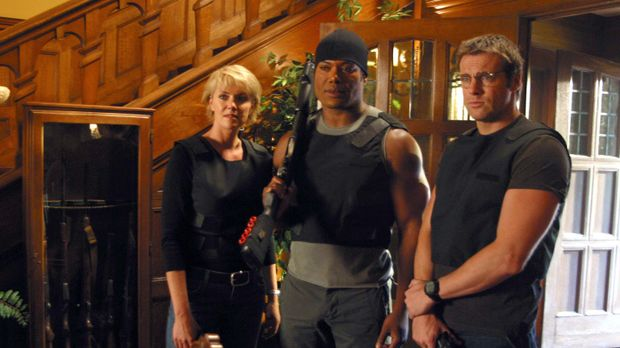 Sam (Amanda Tapping, l.), Teal'c (Christopher Judge, M.) und Daniel (Michael...