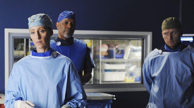 Ein schwierige OP wartet auf Teddy (Kim Raver, l.), Webber (James Pickens jr....