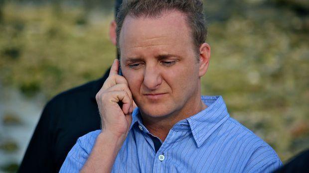 Holt (Bart Baggett) ist in ein Telefonat vertieft und merkt nicht, wie sich i...