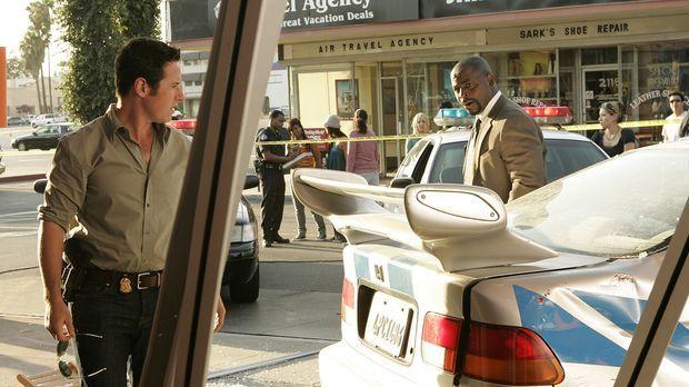 Nachdem ein Auto in ein voll besetztes Straßencafe gekracht ist, machen sich...