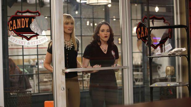Max (Kat Dennings, r.) und Caroline (Beth Behrs, l.) können es nicht glauben,...