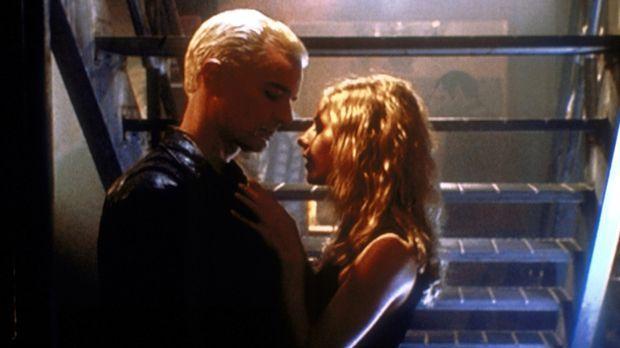 Buffy (Sarah Michelle Gellar, r.) ist nicht sie selbst. Sie wirft sich Spike...