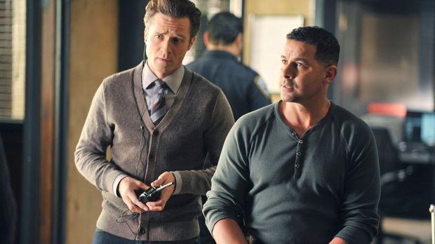Kevin Ryan (Seamus Dever, l.) und Javier Esposito (Jon Huertas, r.) versuchen...