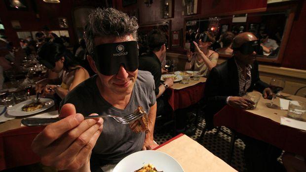 Dieses Mal erlebt Bob Blumer, wie es ist, mit einer Augenbinde zu essen - ein...
