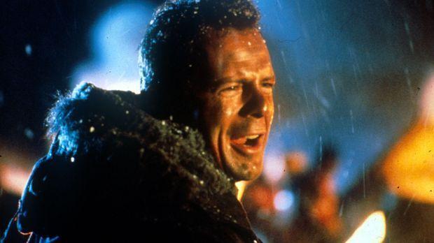 Polizist John McClane (Bruce Willis) entdeckt die Terroristen als erster. Da...