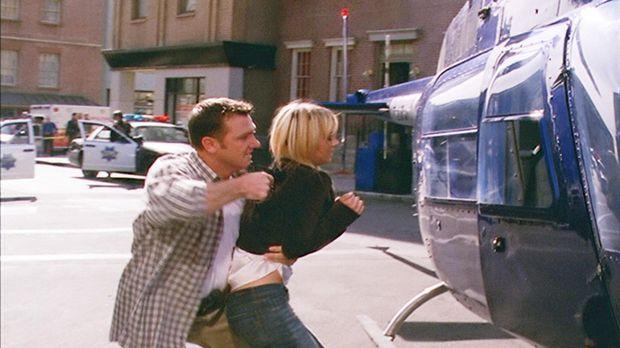 Billie (Kaley Cuoco, r.), Henry und Paige versuchen für Nick (Karl Makinen, l...