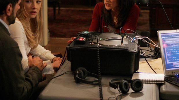 Elle Greenway (Lola Glaudini, r.) versucht von Cheryl (Elizabeth Harnois, M.)...