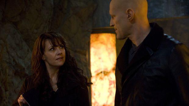 Nachdem Helen (Amanda Tapping, l.) die ehemalige Heimat der Abnormalen erfähr...