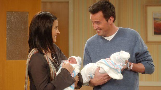 Stolze Eltern: Monica (Courteney Cox, l.) und Chandler (Matthew Perry, r.) .....
