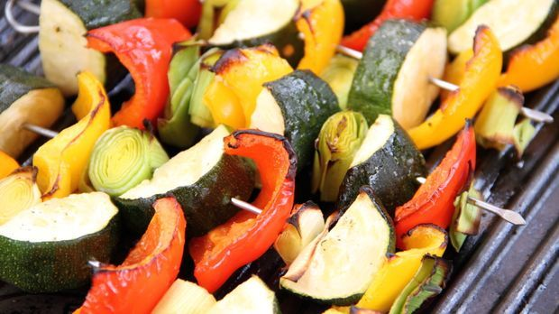 Gemüsespieße mit Hähnchenbrust, Reis und Tomatensauce