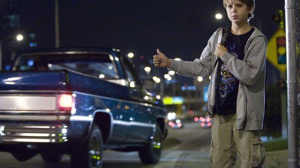 Alex (Oliver Davis), der nicht weiß, dass Steve im Gefängnis sitzt, will sein...