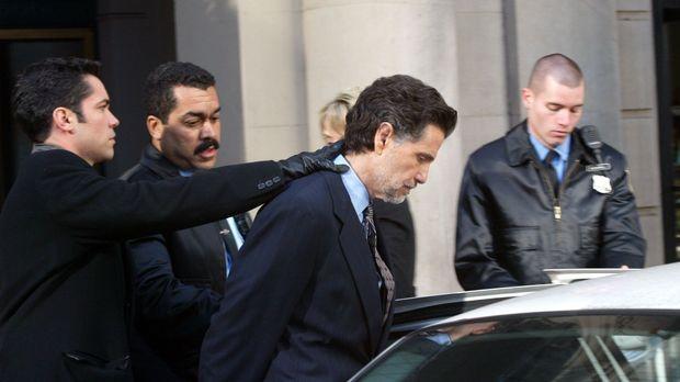 Det. Scott Valens (Danny Pino, l.) und seine Kollegen verhaften Adam Clarke (...