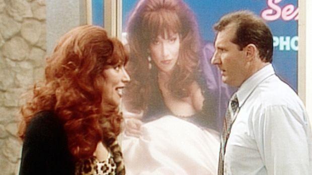 Peggy (Katey Sagal, l.) und Al (Ed O'Neill, r.) streiten, weil ein überdimens...