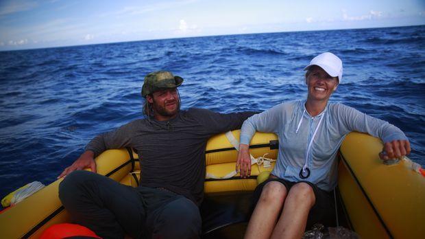 Im gelben Rettungsboot versuchen David (l.), ein früherer NFL-Spieler, und Ja...